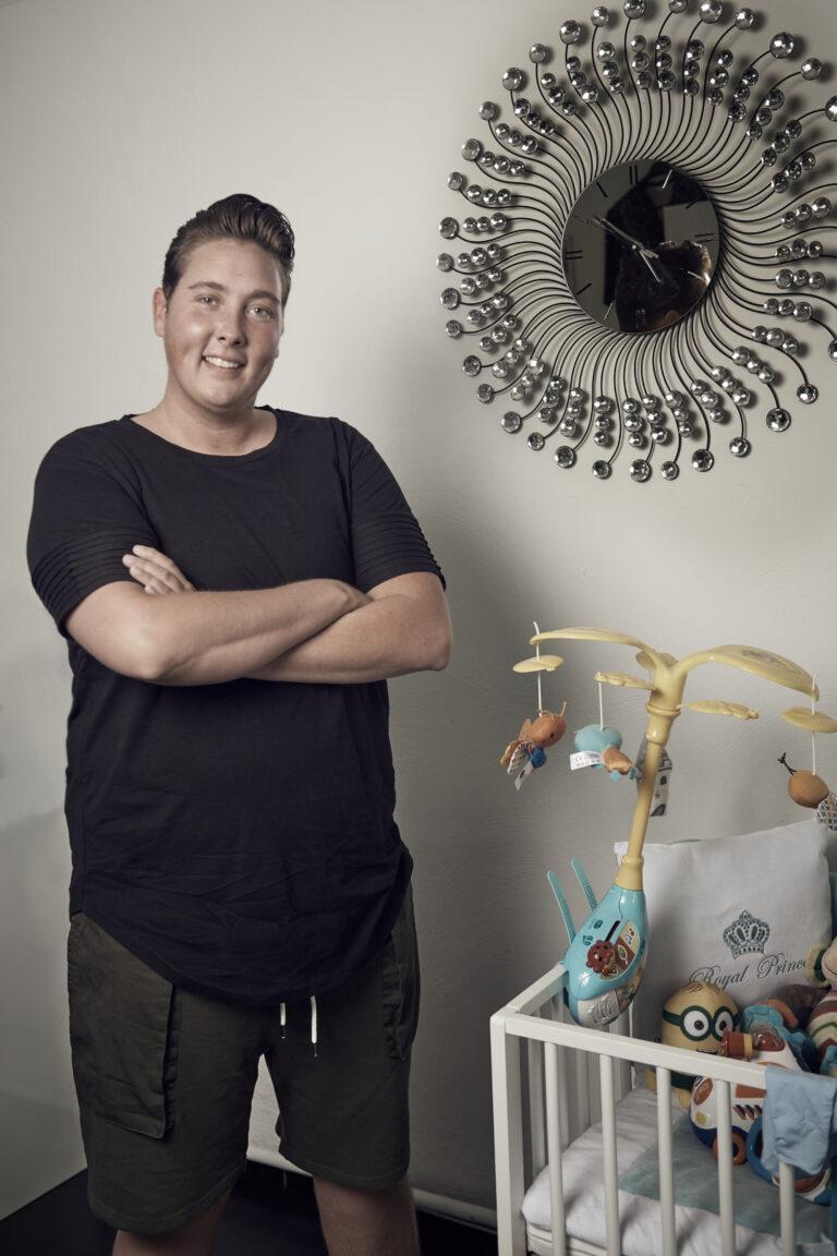 Rowan naast wieg - transmannen en zwangerschap